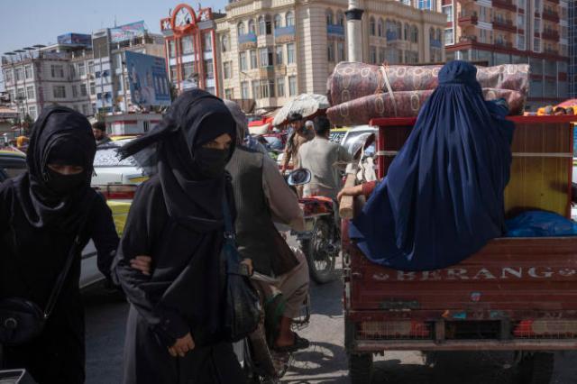 Au marché de Mazar-e Charif. Depuis l'arrivée des talibans, les femmes portent souvent la burqa même si celle si n'est pas, pour l'instant, obligatoire. Le 10 septembre 2021 àMazar-e Charif, en Afghanistan.