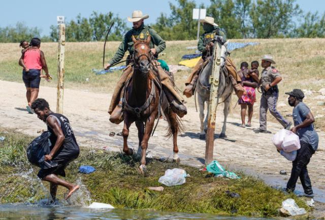 Des gardes-frontières à cheval repoussent des migrants à la frontière du Texas, le 19septembre 2021.