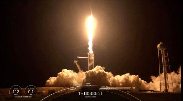 Décollage de la fusée Falcon 9 de SpaceX avec quatre touristes spatiaux à son bord, le 15 septembre 2021, depuis le centre spatial Kennedy en Floride.
