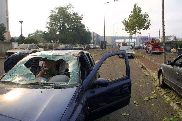 Aux abords de l'usine, l'onde de choc a écrasé les véhicules et blessé les occupants.