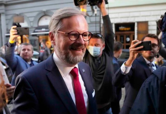 Petr Fiala, chef de file de la coalition de centre droit, samedi 9 octobre 2021, à Prague.