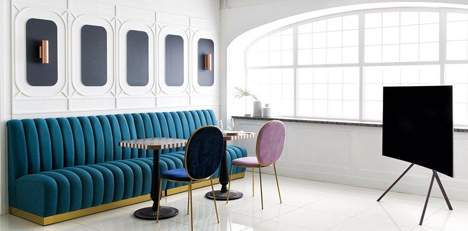 drehbare standf e staffeleien und unsichtbare kabel von samsung. Black Bedroom Furniture Sets. Home Design Ideas