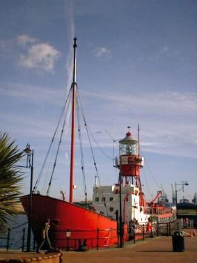 barco faro en la bah�a de Cardiff