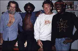 CHRIS BLACKWELL CON JIMMY CLIFF, TOOTS DE TOOTS AND THE MAYTALS Y EL DIRECTOR PERRY HENZELL