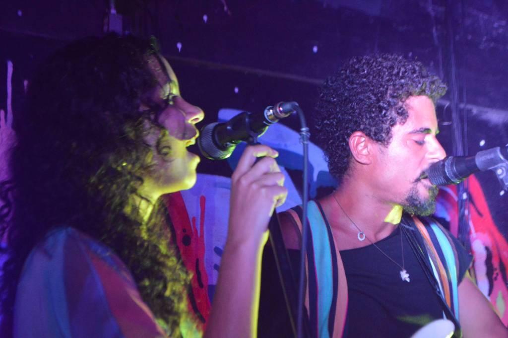 Agatha e Ivo Vargas no palco do Galpão Ladeira das Artes, no Cosme Velho