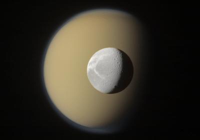 Spazio: arrivano le immagini di Dione, la luna di Saturno