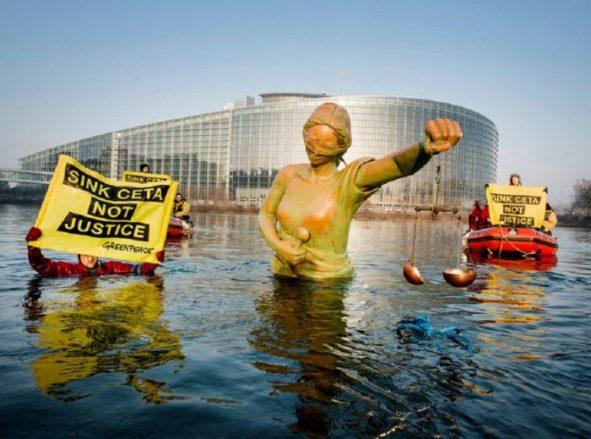 Greenpeace in azione a Strasburgo contro il Ceta
