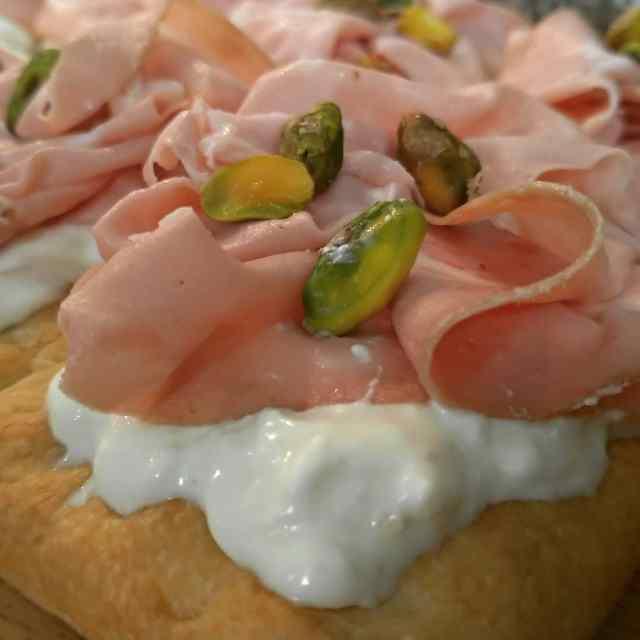 recipe focaccia con burrata mortadella e pistacchio