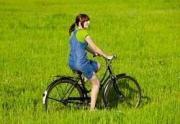 7150331_felice_giovane_donna_su_un_prato_verde_andare_in_bicicletta-4838-250-200-90-c