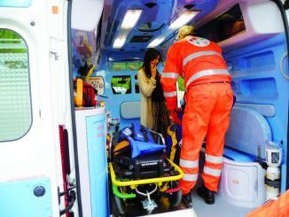 Furgone e auto si scontrano, grave donna, in auto una bimba di 7 anni