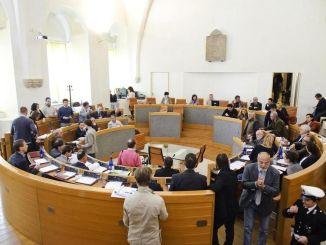 Perugia, la sala del consiglio comunale avrà anche un crocifisso