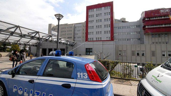 Guida auto, senza patente e assicurazione, beccato all'ospedale da Polizia