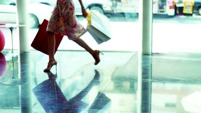 Ruba un paio di scarpe a negozio, ma viene scoperta e denunciata