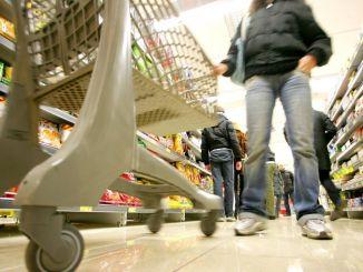 Straniero 44enne riconosciuto da responsabile di negozio come autore furto, via dall'Italia