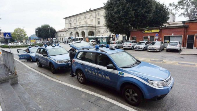 Ruba due cellulari da un'auto in sosta, beccato dalla Polfer