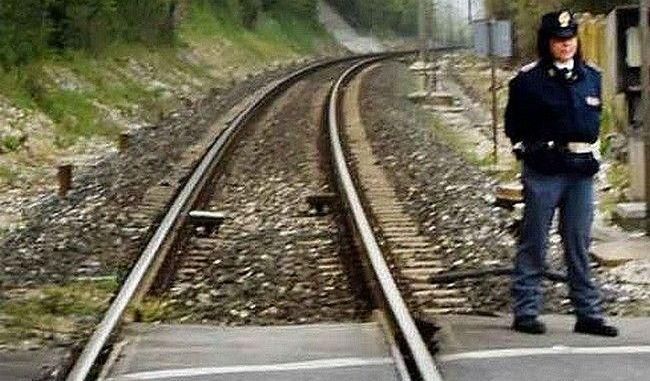 Ragazza di 17 anni muore gettandosi sotto un treno, traffico sospeso per ore