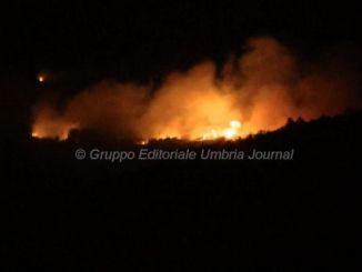 Incendio Pieve San Nicolò di Assisi, tutta la notte per domarlo