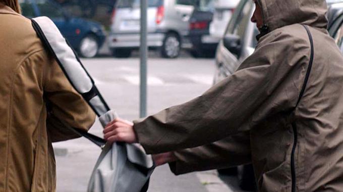 Donna scippata della borsa sotto il portone di casa, si cercano rapinatori