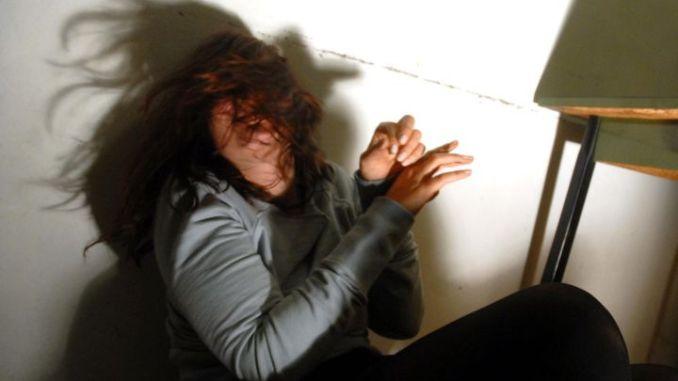 Quarantenne ai domiciliari malmena convivente, polizia lo arresta