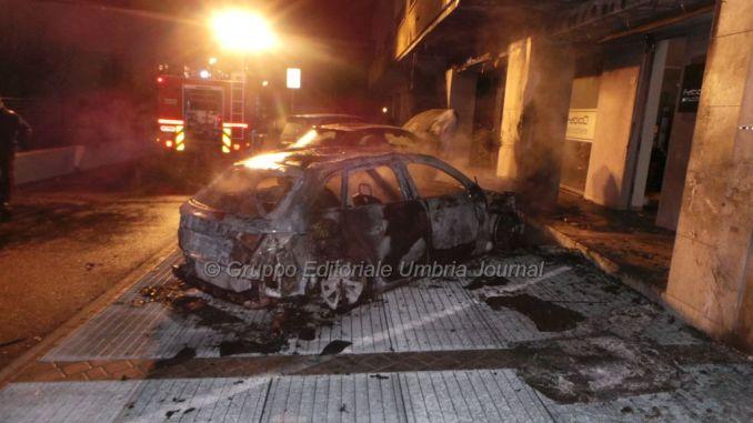 Auto in fiamme a Bastia, pompieri al lavoro, nessuna ipotesi esclusa