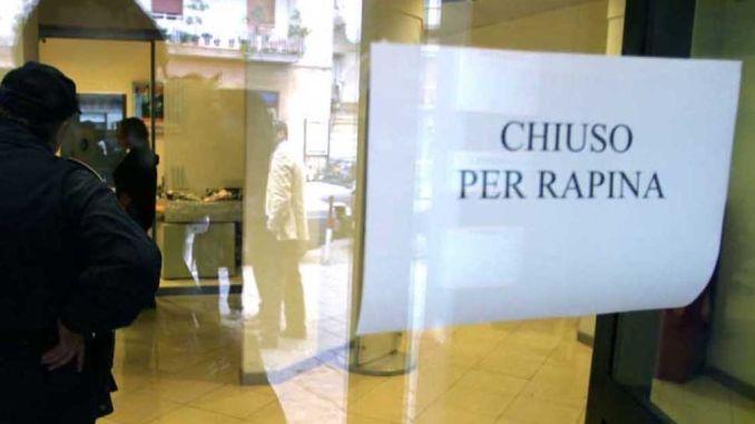 Rapina in banca ad Elce, cassiere minacciato con taglierino