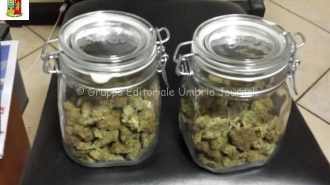 Nascondono droga in barattoli di vetro, 2 arresti