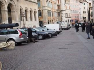 Sosta selvaggia in centro Perugia, Mori (PD): «Senza regole»