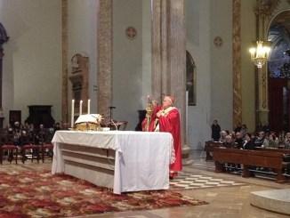 Celebrata Domenica delle Palme, cattedrale San Lorenzo. Il cardinale arcivescovo Bassetti: «Dove c'è la croce la risurrezione è vicina»