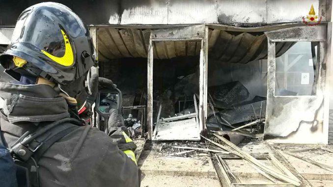 Incendio a Corciano, in fiamme azienda malte cementizie