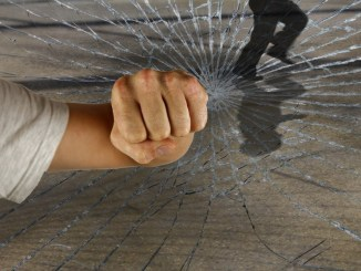 Picchia la compagna incinta e distrugge i mobili di casa
