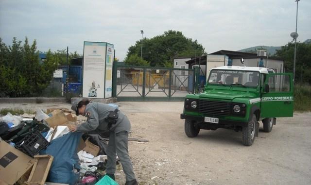 Rifiuti urbani abbandonati davanti l'isola ecologica