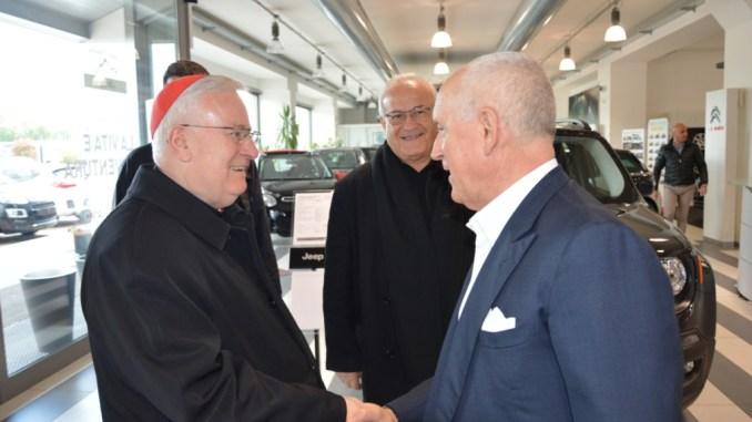Saluto tra cardinale Bassetti ed Ettore Pedini
