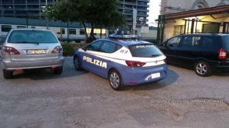 Attraversa i binari ferroviari, insulti e spintoni ai poliziotti, succede a Fontivegge