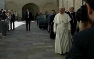 Ad Assisi il Papa pranza con i capi religiosi, ma anche con alcuni rifugiati