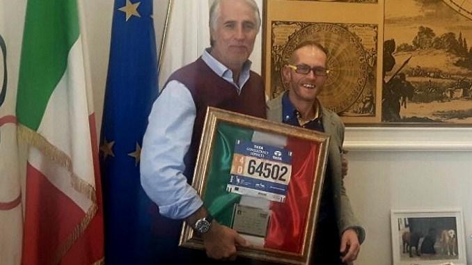 Leonardo Cenci regala a Giovanni Malagò il pettorale della maratona di New York