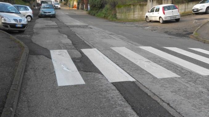 Strisce pedonali nuove ma asfalto disastrato a Pieve di Campo di Ponte San Giovanni