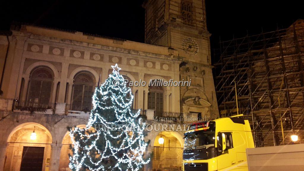 Luminarie di Natale accese lungo il Corso a Norcia