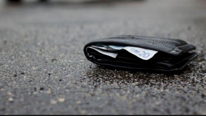 Trova portafoglio con 1500 euro dentro e lo restituisce