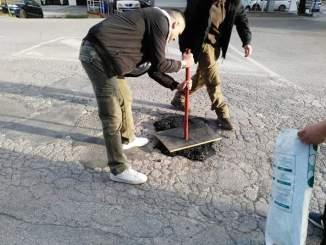 CasaPound e cittadini tappano le buche di via Vecchi a Perugia