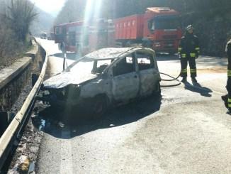 Auto si incendia dopo schianto sulla Somma, feriti due anziani