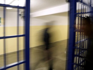 Detenuto africano suicida in carcere a Capanne, un altro sfascia la cella