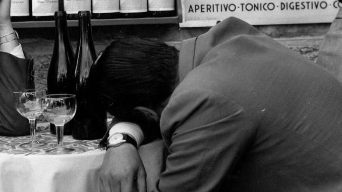 Già ubriachi, pretendono altro alcol ma non vogliono pagarlo, è accaduto a Perugia