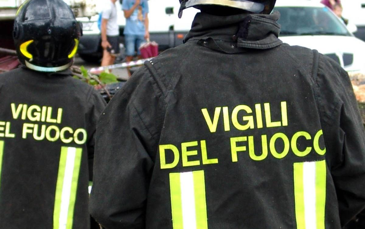 Incendio, a Marsciano si incendiano tre auto, ore di lavoro per i vigili del fuoco