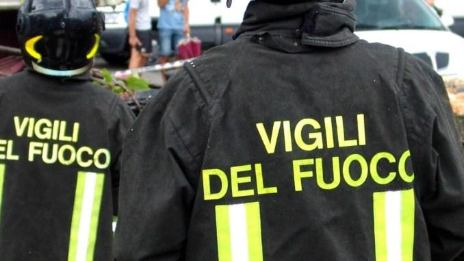 Incendio a Castiglione del Lago, vigili del fuoco con tre mezzi sul posto