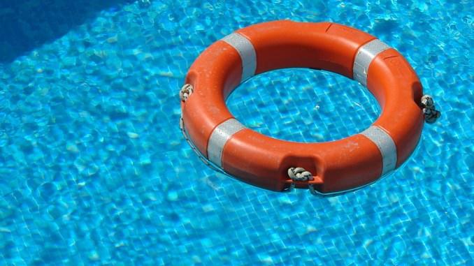 Bambino di 10 anni rischia di annegare in piscina, salvato dai medici di Perugia