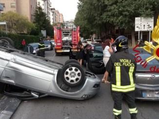 Spaventoso incidente a Perugia, tre auto coinvolte, una si ribalta