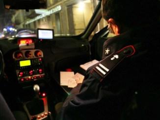 Follia in centro storico durante la notte, auto spaccate, i carabinieri arrestano straniero