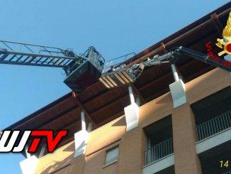 Sospesi nel vuoto, due operai salvati dai Vigili del fuoco a 25 metri d'altezza