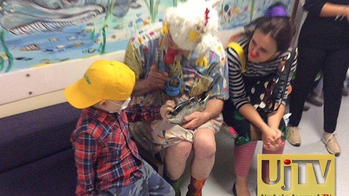 Patch Adams in ospedale a Perugia, è andato a trovare i bambini malati