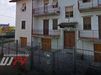 Sfonda porta casa alla sorella minaccia e tira vaso ai Carabinieri, arrestato